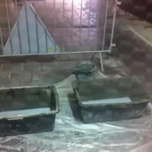 В протікаючому переході з плиткою для ванної кімнати поставили… ванни