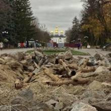 Знищені фонтани на центральній парковій алеї Чернігова