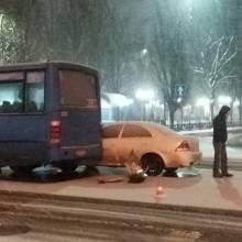 Автобус і два легковика «зіграли в кеглі» в центрі Чернігова