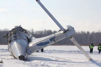 Российские спасатели начали разбирать разбившийся под Тюменью самолет