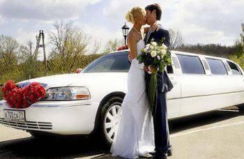 Как украсить свадебную машину цветами