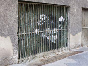 """Необычный стрит-арт с эффектом """"зебры"""""""