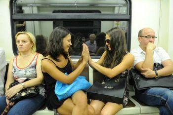 Вот чем пассажиры занимаются в московском метро! Неожиданно!