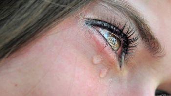 В чем причины слезоточивости глаз. Способы устранения