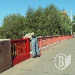 Красний міст перефарбували – національного вбрання не приміряли?