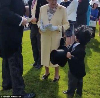 Маленький принц Дубая приветствовал королеву Англии, как настоящий джентльмен